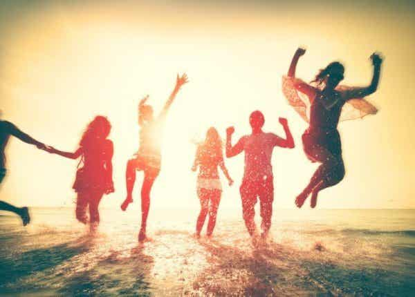 Ludzie tańczący w morzu