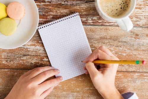 Osoba z notesem i ołówkiem - jak zarządzać czasem?