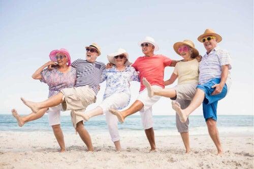 Starsi ludzie na plaży