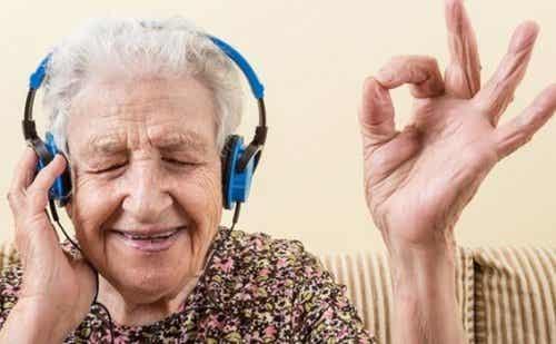 Starsza kobieta słuchająca muzyki