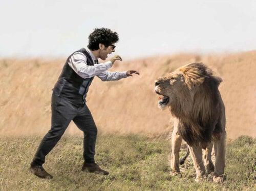 Mężczyzna i lew