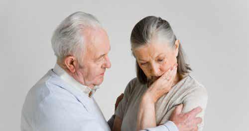 Zmartwiona starsza para - jak niepokój wpływa na związki?