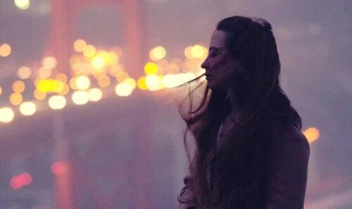 Kobieta na tle oświetlonego mostu