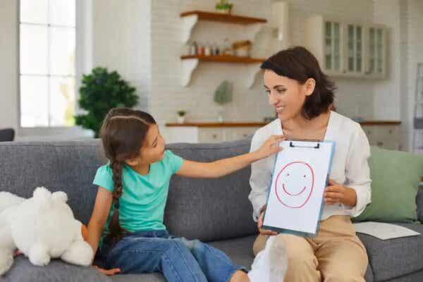 Dziewczynka rysująca z mamą - jak nauczyć dziecko asertywności?