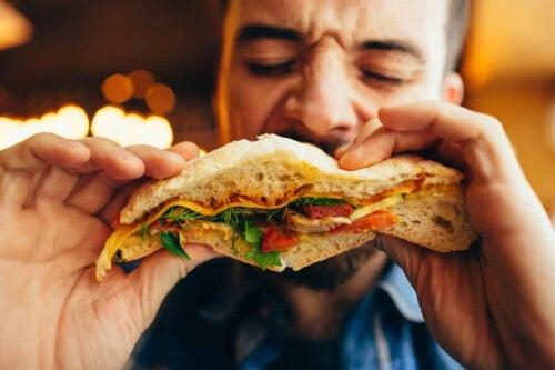 Mężczyzna jedzący kanapkę