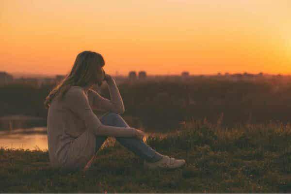 Kobieta oglądająca zachód słońca