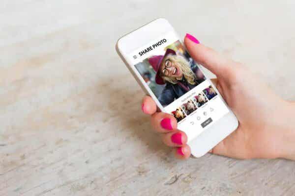 Kobieta używająca filtrów do zdjęć