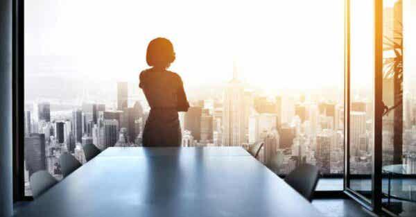 Kobieta w biurze na tle panoramy