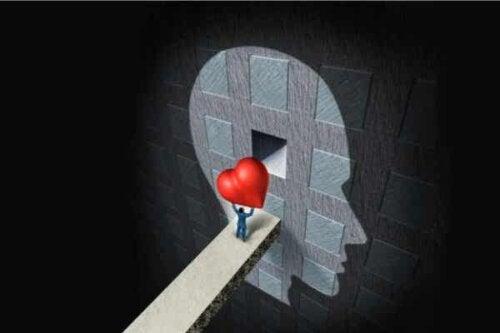 Osoba niosąca serce do głowy