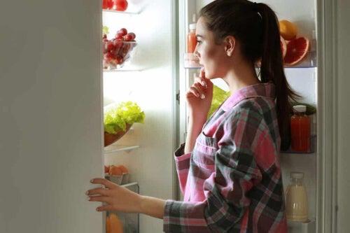 Kobieta przed lodówką