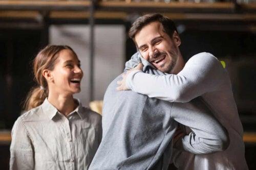 Przytulający się ludzie