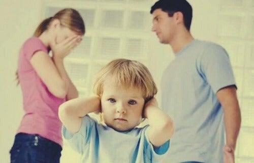 Dlaczego pozostanie razem dla dziecka to błąd?