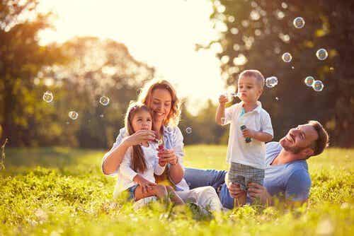 Rodzina puszczająca bańki
