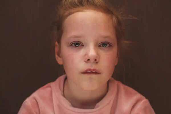 Smutna dziewczynka - jak wpływają na nas doświadczenia z dzieciństwa?
