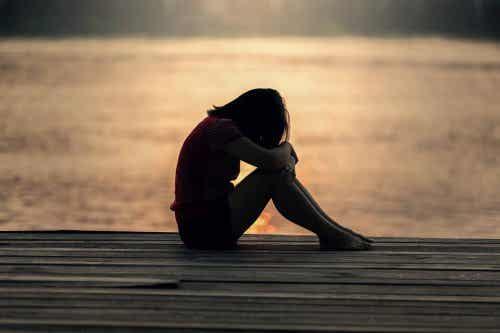 Smutna kobieta na plaży