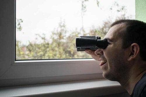 Mężczyzna praktykujący podglądactwo - voueryzm