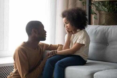 Tata rozmawiający z córką