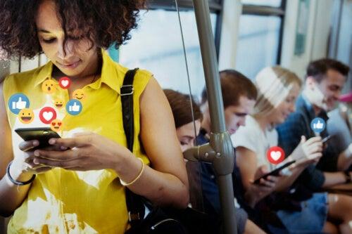 Czy byliśmy szczęśliwsi bez mediów społecznościowych?
