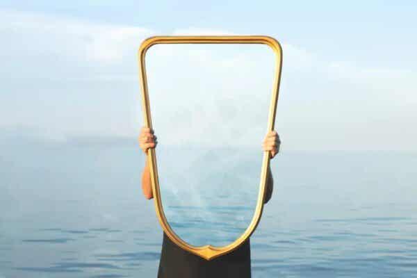 Człowiek trzymający lustro