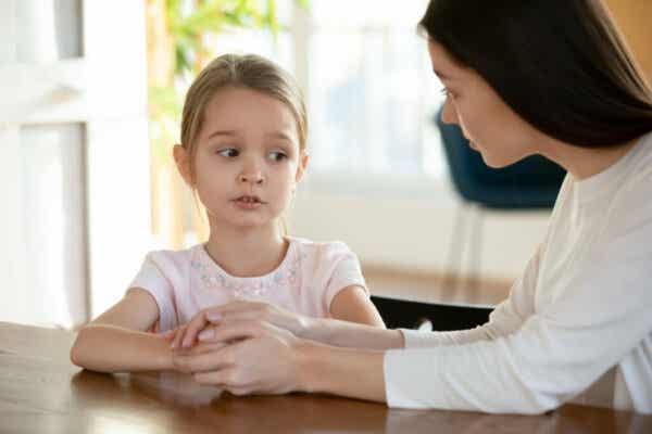 Dziewczynka rozmawiająca z mamą