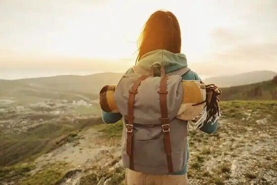 Kobieta z plecakiem w górach