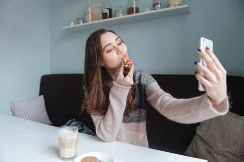 Kobieta robiąca selfie