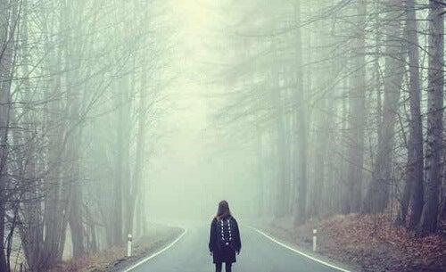 Osoby zdeterminowane psychologicznie - spacer w lesie