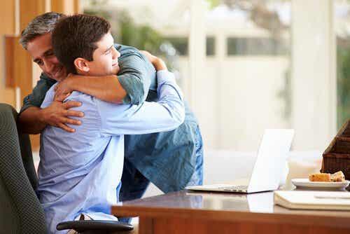 Tata przytulający syna